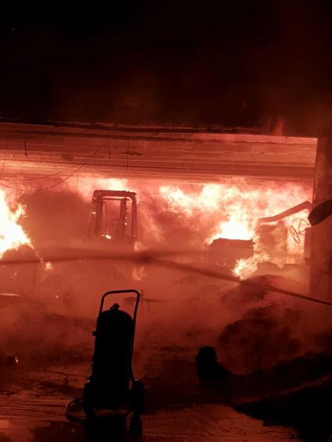 Incendiu puternic la o fabrică de mobilă din Oradea. Paznicul a fost transportat la spital cu arsuri