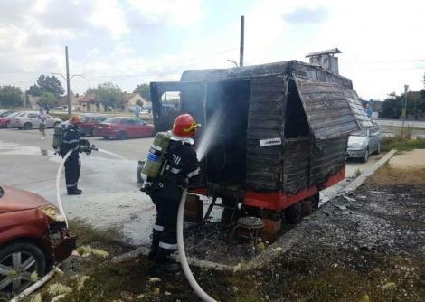 O langoșerie din Timișoara a fost mistuită de flăcări. Un tânăr s-a ales cu arsuri pe mâini și gât