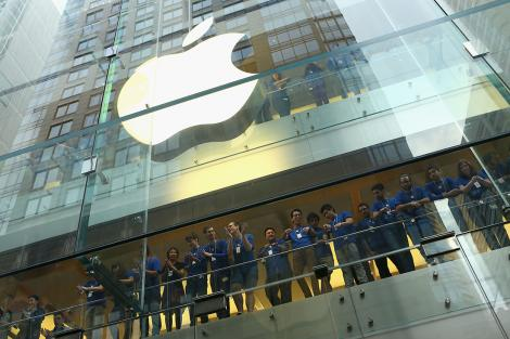 Contribuţia vânzărilor de iPhone-uri la veniturile Apple a scăzut la mai puţin de jumătate, prima oară în şapte ani