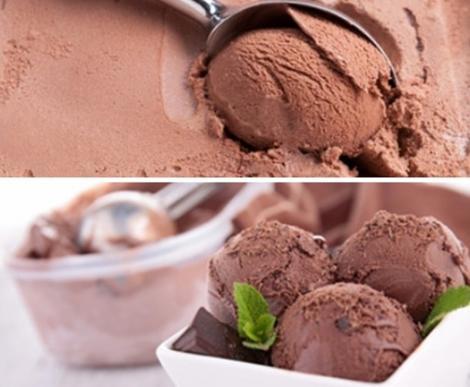 Înghețată de ciocolată cu aromă de mentă, preparată în casă. Cremoasă și fără ace de gheață.