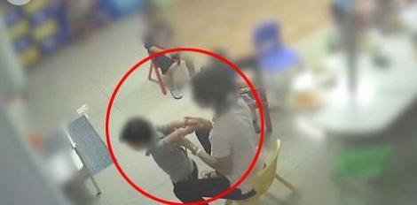 Video! O educatoare este acuzată că-i pune pe copii să-și înghită propria VOMĂ și îi leagă de scaunele din clasă