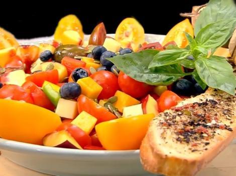 Salată de vară cu fructe și legume. O adevărată armonie de gusturi și culori!