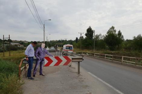 Protest inedit în Galați. Machetă în mărime naturală a primarului amplasată pe un pod stricat