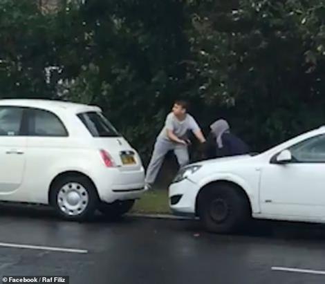 Un fost luptător MMA, atacat pe stradă de patru hoți, de față cu copiii lui! Cum s-a încheiat scena. Atenție, imagini tulburătoare! Video