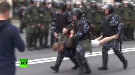 Rusia vrea ca Google să îi împiedice pe utilizatorii YouTube să mai publice informaţii despre protestele politice