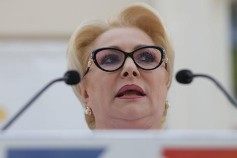 """Viorica Dăncilă, întâmpinată de protestatari la Iaşi: """"PSD atâta ştie: să ne ţină-n sărăcie"""""""