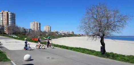 Copil rătăcit pe o plajă din Constanţa, găsit de jandarmi la un kilometru de locul în care se aflau părinţii lui