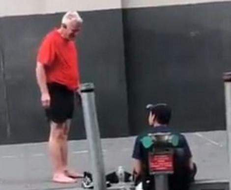 Gest incredibil! Un bătrân a văzut un tânăr nevoiaș în calea lui, iar ceea ce a făcut este de necrezut! Video