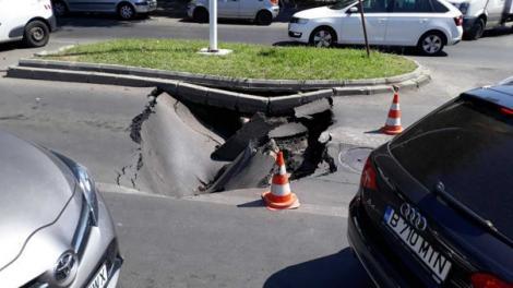 O mașină a fost înghițită de un crater pe o stradă din București! VIDEO