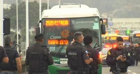 Un bărbat înarmat ţine cel puţin 16 persoane ostatice într-un autobuz pe un pod la Rio de Janeiro