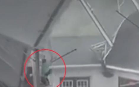 Filmuleț incredibil. Doi bărbați sunt luați pe sus de vântul puternic de afară în timp ce se aflau pe o terasă!