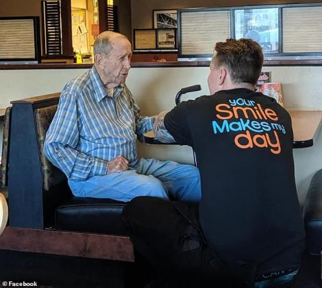 """Imaginile care au emoționat o lume întreagă! Un ospătar, gest extraordinar pentru un veteran al celui de-Al Doilea Război Mondial, în vârstă de 91 de ani. """"S-a așezat într-un genunchi"""" – Foto"""