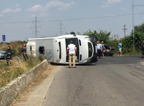 Un microbuz cu pasageri s-a răsturnat în Gorj! O femeie de 40 de ani a murit pe loc, iar alte cinci persoane au fost rănite