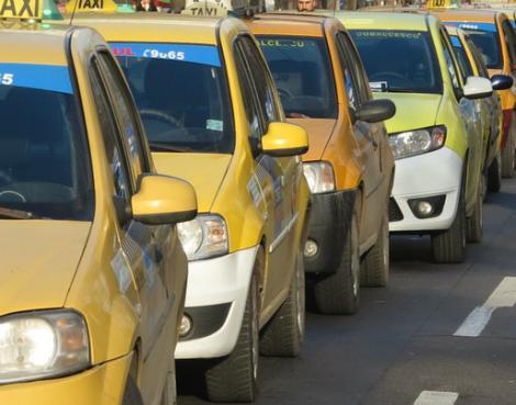 Mașinile de taxi, dotate obligatoriu cu dispozitiv de plată folosind cardul și GPS! Orașul în care vor fi implementate aceste măsuri