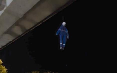 """""""Un spânzurat atârnă sub un pod! Are salopetă și cască de muncitor!"""". Apel macabru la 112! După ce l-au coborât, pompierii au fost șocați de ceea ce au văzut! Foto"""