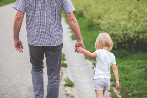 """După ce și-a abandonat tatăl într-un azil de bătrâni, fiul de cinci ani l-a întrebat: """"Ai notat adresa unde l-ai dus pe tataie?"""" Continuarea te va lăsa fără cuvinte..."""