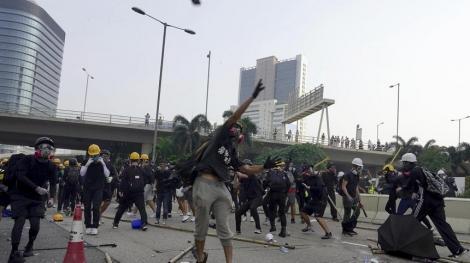 Hong Kong: Poliţia a tras cu tunuri cu apă şi gaze lacrimogene pentru a dispersa manifestanţii violenţi