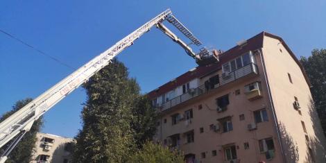 Incendiu la mansarda unui bloc de pe Aleea Moldoviţa din Capitală. Șase persoane au fost evacuate