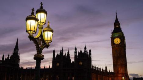 Regina Elizabeth II a aprobat suspendarea activităţii Parlamentului britanic