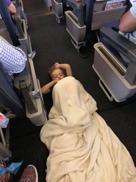 """Cum a fost tratat un băiețel de patru ani care suferă de autism în timpul unui zbor. """"Nu lăsa niciodată pe nimeni să te facă să te simți ca și cum ai fi un inconvenient sau o povară."""""""