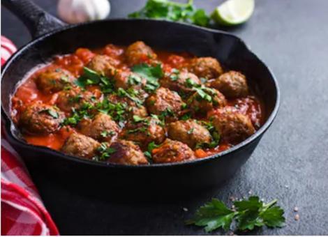 Ce mai putem prepara într-o zi de post cu dezlegare la pește? Chiftele de ton cu ciuperci în sos de roșii cu ardei copți și usturoi