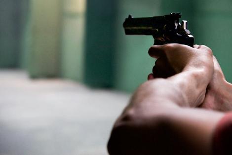 A fost împușcat și lăsat în fața porții! O femeie a auzit două focuri de armă, la scurt timp a descoperit cadavrul
