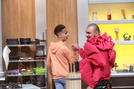 Doi băieți... excentrici! Amos Midas, concurentul cu fundiţă şi Mircea Jianu, cu un make-up inedit, impresionează sigur. Prin aspect!