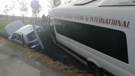 Două accidente grave au avut loc în Dolj! Un autotursim a intrat într-o dubă cu 17 deținute - VIDEO