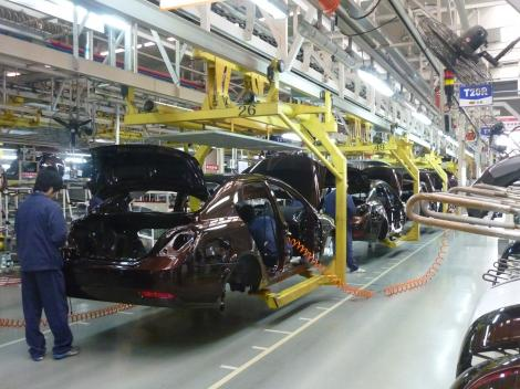 STUDIU: Presiunea pe reducerea costurilor şi automatizare va duce la înjumătăţirea forţei de muncă din industria auto mondială până în 2030