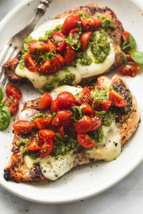 Pui Margherita, cu sos pesto, roșii și mozzarella! Un deliciu gata în mai puțin de 20 de minute!