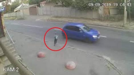 Imagini șocante cu un copil care a fost lovit de mașină! Acesta s-a ridicat instant după izbitură datorită ghiozdanului
