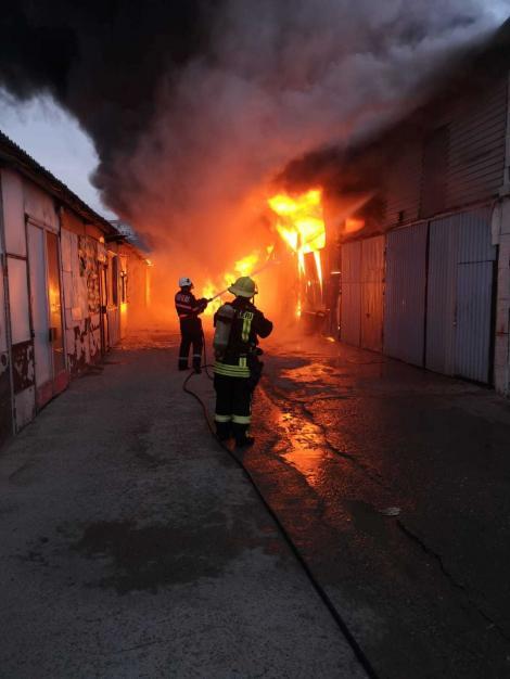 Cluj: Incendiu puternic la un lanţ de depozite din Floreşti; deocamdată nu sunt anunţate victime