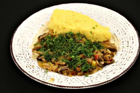 Tocăniță de ciuperci servită cu mămăliguță. Un preparat, pe cât de simplu, pe atât de gustos!