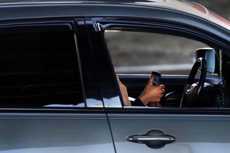 Cod Rutier 2019. Situațiile în care șoferii pot folosi telefonul mobil la volan, fără a fi amendați