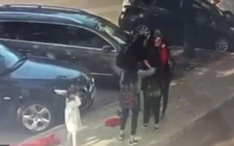 Clipe de groază pentru o mamă. A fost bătută, cu pumnii și picioarele, de un grup de studente la Medicină, în timp ce își ținea copila în brațe - Video