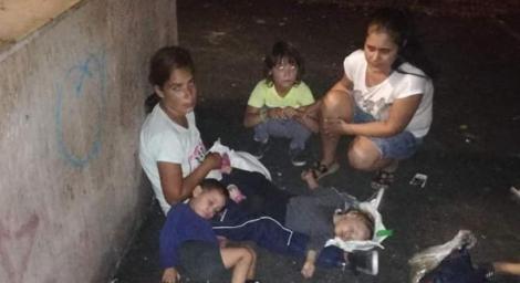 FOTO! Își trăiau viața la mila trecătorilor din București! Cinci copii împreună cu mama lor au îndurat frigul, foamea și asfaltul nemilos până când o femeie i-a salvat!