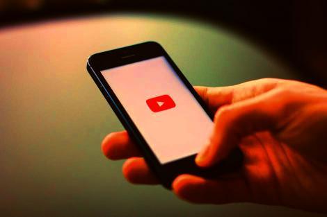 Platforma YouTube colectează în mod ilegal informaţii personale de la minori. La ce pericole se expun utilizatorii
