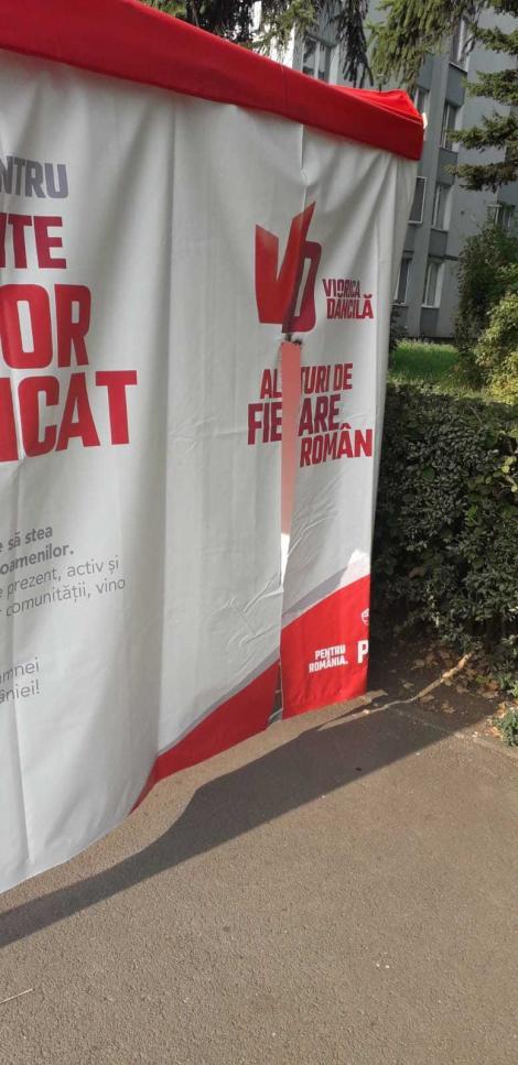 Braşov: Cortul amenajat pentru strângerea de semnături pentru candidatura Vioricăi Dăncilă a fost tăiat şi s-a încercat incendierea acestuia/ PSD anunţă că va depune plângere la Poliţie. FOTO