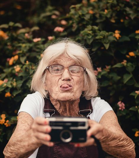 """Fiecare femeie ar trebui să citească asta! Scrisoarea unei bătrâne pentru toate doamnele din lume! """"De prea puține ori le-am spus celor dragi cât de mult îi iubesc """""""