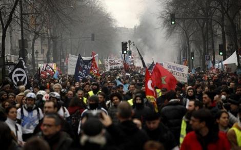 Zeci de mii de francezi au contestat în stradă reforma pensiilor; Preşedintele Macron susţine în continuare proiectul