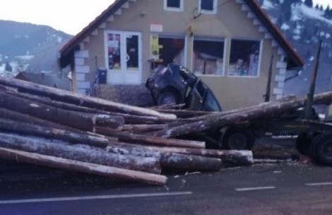 O femeie a sfârșit tragic! Mașina ei a fost strivită de buștenii căzuți dintr-o remorcă! Cei doi copii au ajuns la spital