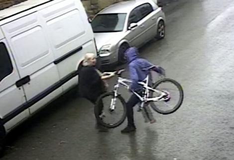 """O super-bunică de 72 de ani s-a luptat pe stradă cu un hoț de 23 de ani, pentru o bicicletă furată! """"Trebuie să îi fie rușine că l-am învins!"""" - VIDEO"""