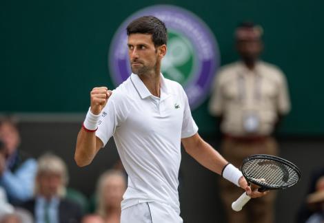Novak Djokovici a cedat un set în primul tur al AusOpen, dar a câştigat meciul cu numărul 900 din carieră
