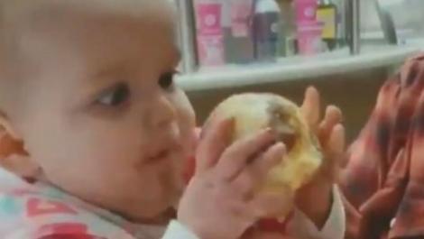 Un bebeluș s-a îndrăgostit de înghețată! Reacția pe care a avut-o când a gustat desertul pentru prima dată a topit internetul! VIDEO