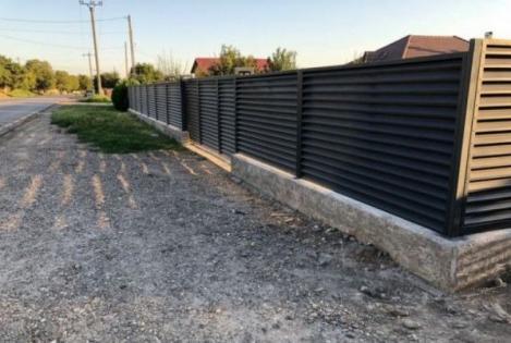 Atenție, români! Un bărbat a primit 50 de mii de lei amendă pentru un gard construit ilegal
