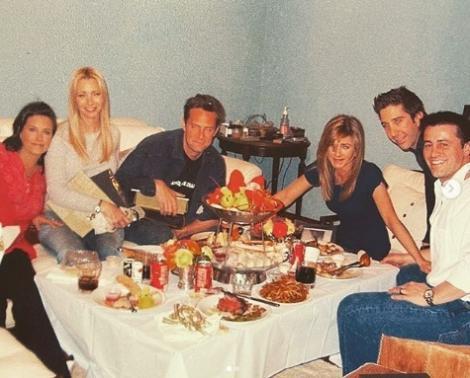 """Actriţa Courteney Cox a publicat o fotografie în care apare alături de colegii din """"Friends"""" înainte de filmările la ultimul episod"""