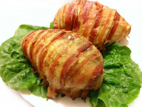 Ce mai pregătim pentru un prânz gustos și sățios? O interesantă Rețeta Cartofi în crustă de bacon umpluți cu ouă fierte și brânzeturi