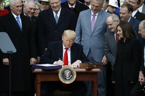 Donald Trump a semnat la Casa Albă noul acord comercial dintre SUA, Canada şi Mexic, în prezenţa a 400 de invitaţi