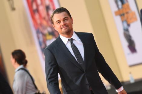 Leonardo DiCaprio, îmbrăcat elegant într-un costum negru