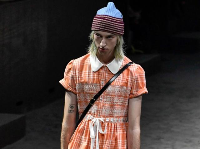 barbat imbracat in rochie portocalie prezinta colectia gucci toamna iarna 2020 la milan fashion week
